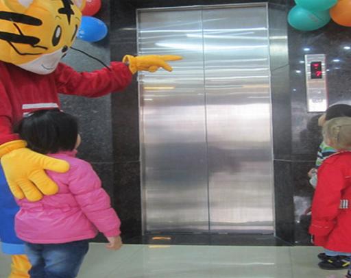 Không đi thang máy một mình với người lạ mặt.