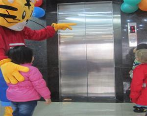 Nguyên tắc khi trẻ sử dụng thang máy tải khách